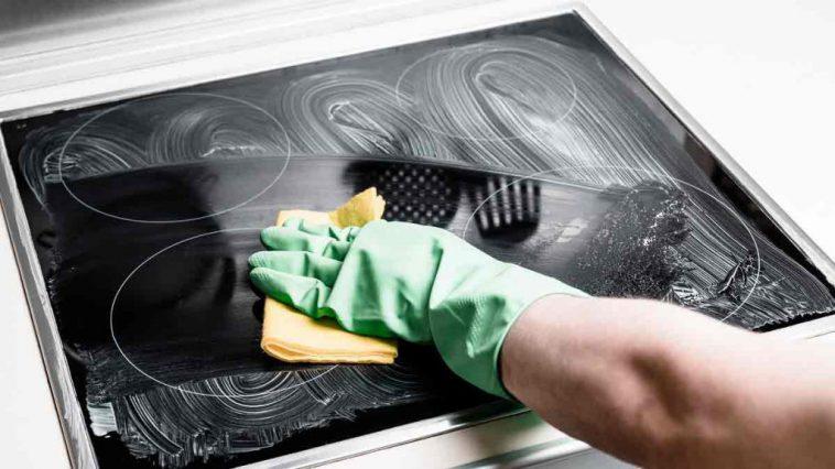 Plaque de cuisson : Nos astuces qui marchent pour éliminer facilement les graisses